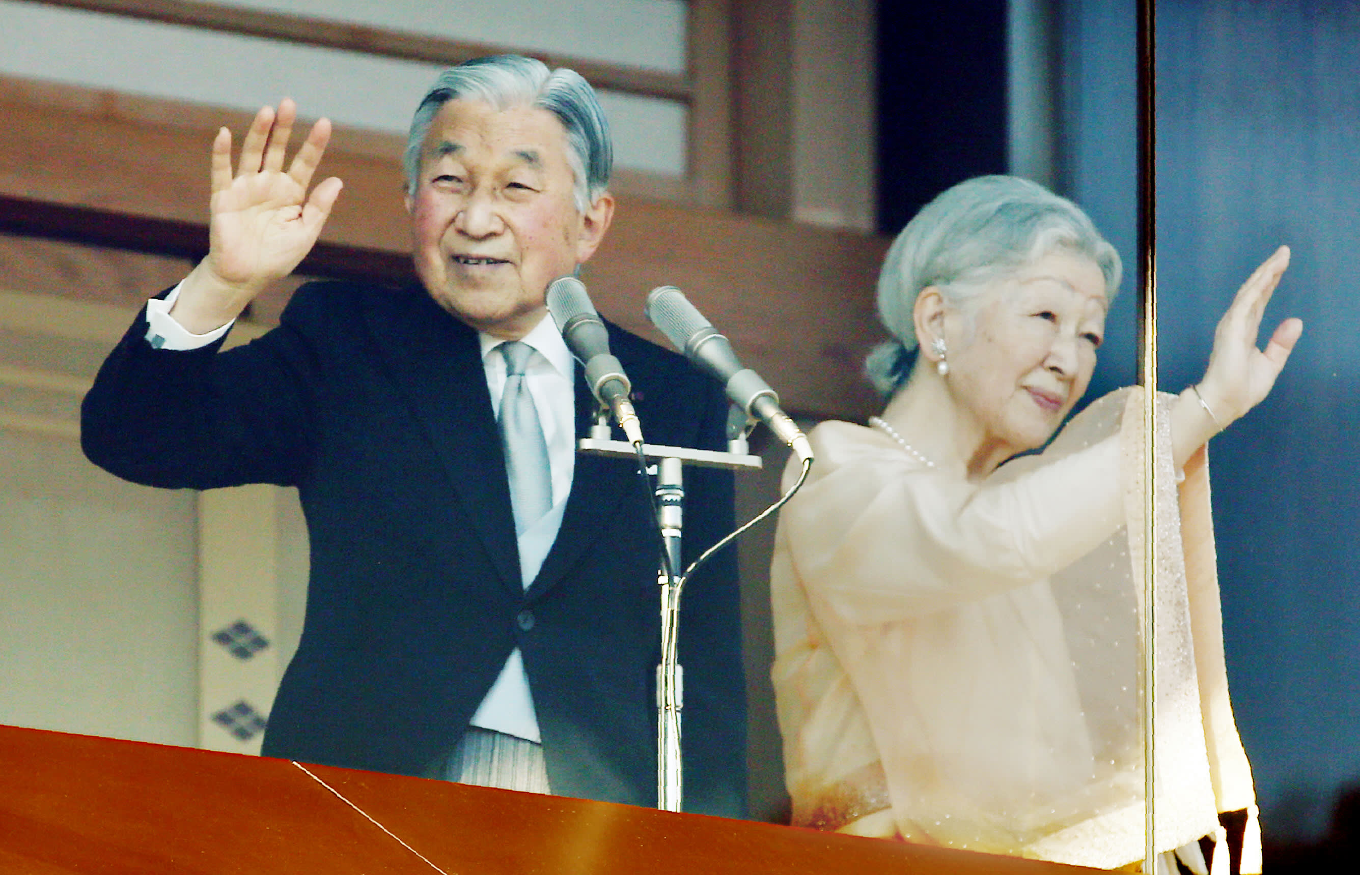 BLOG_The Beginning of a New Era_Akihito waves with Michiko